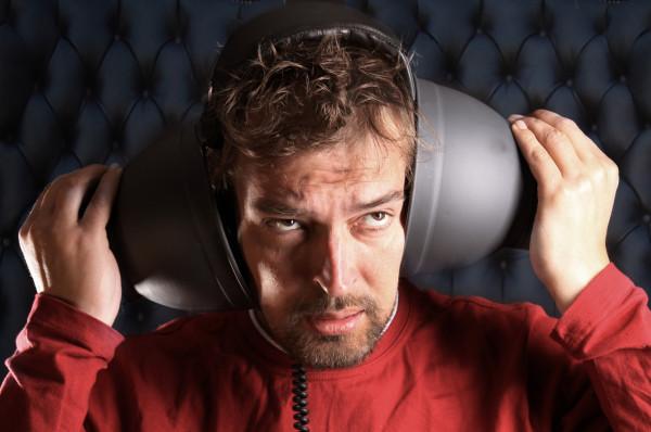 Mann ist frustiert von der Lautstärke
